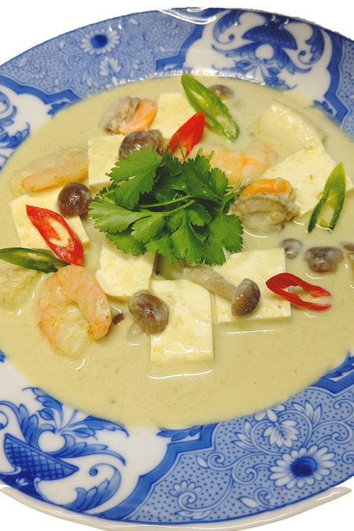 潮豆腐のグリーンカレースープ料理写真